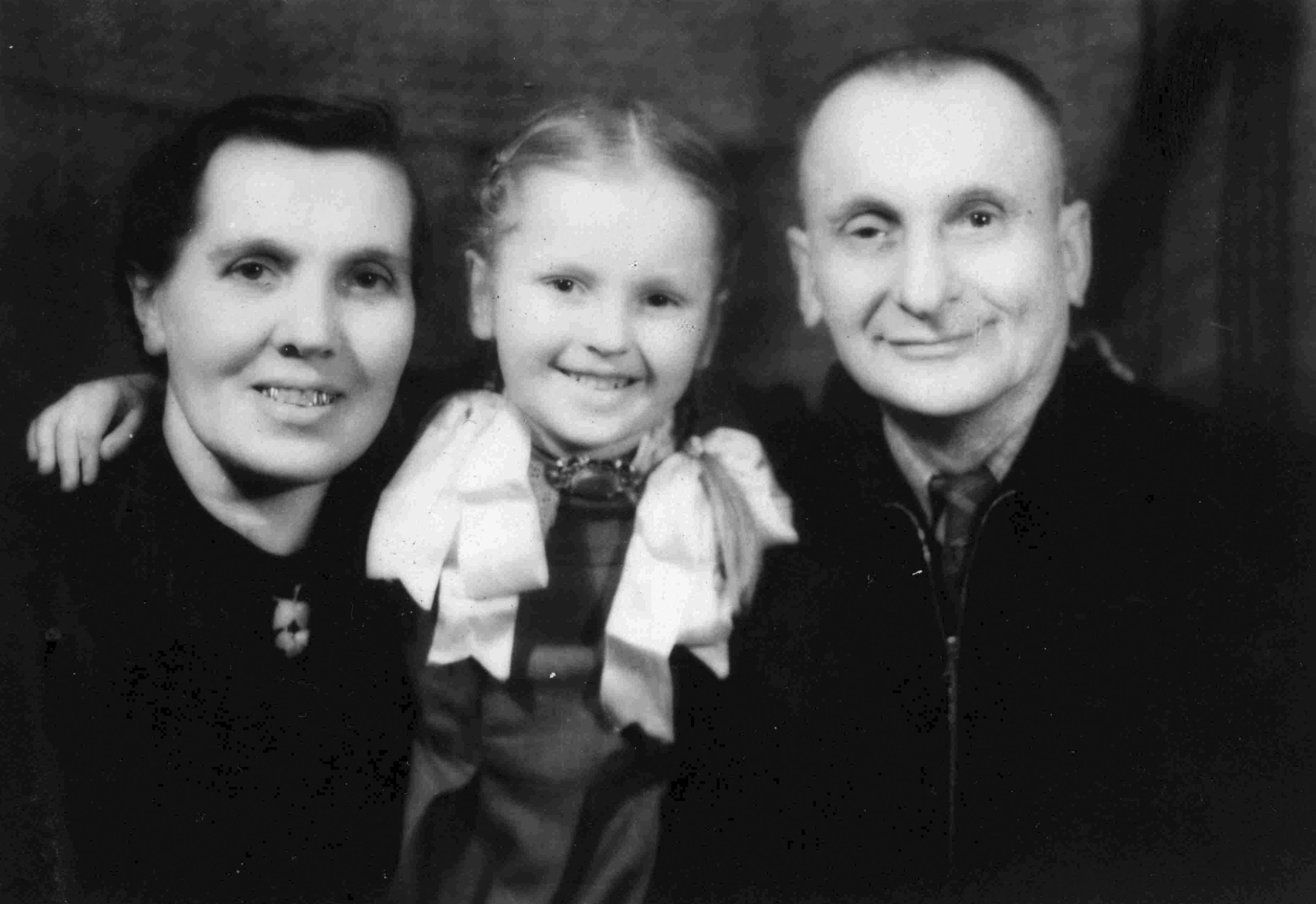 http://wt32a2t.atease.lt/uploads/userfiles/zuvanciuju_gelbejimo_kryziaus/Dominykas-ir-Stanislava-Mižutavičiai-su-dukra-Stanislava-Elenute.jpg