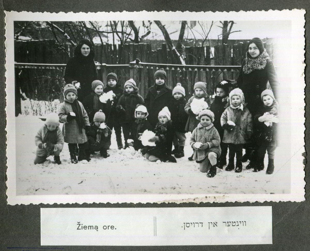 VŽM 408-12. Žiemą ore. Vaikų namų kieme. 1935 m. Dešinėje auklėtoja Liuba Solomina
