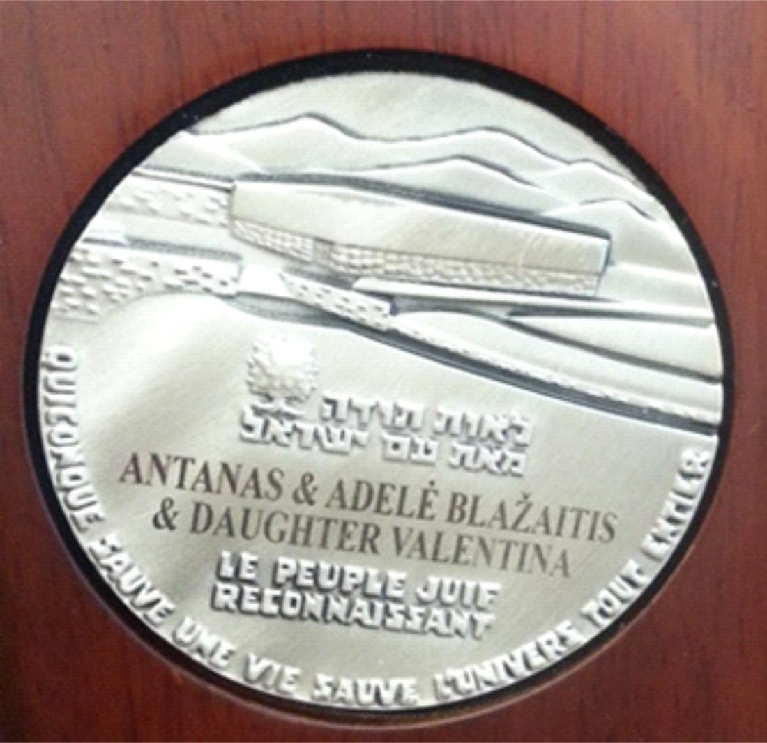 https://www.jmuseum.lt/uploads/userfiles/zuvanciuju_gelbejimo_kryziaus/Medalis_mazas.jpg