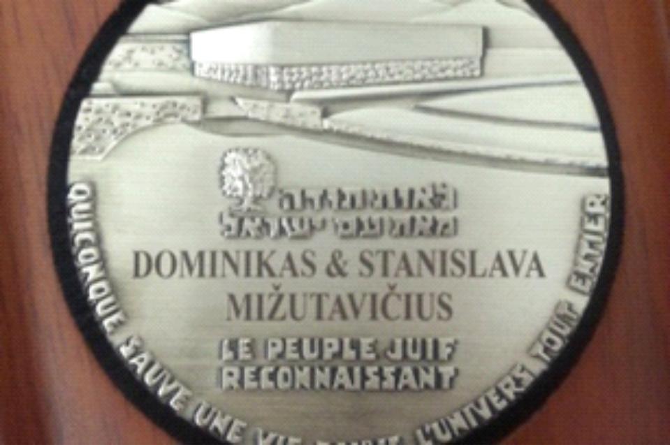 https://www.jmuseum.lt/uploads/userfiles/zuvanciuju_gelbejimo_kryziaus/Mižutavičių-medalis_mazas.jpg